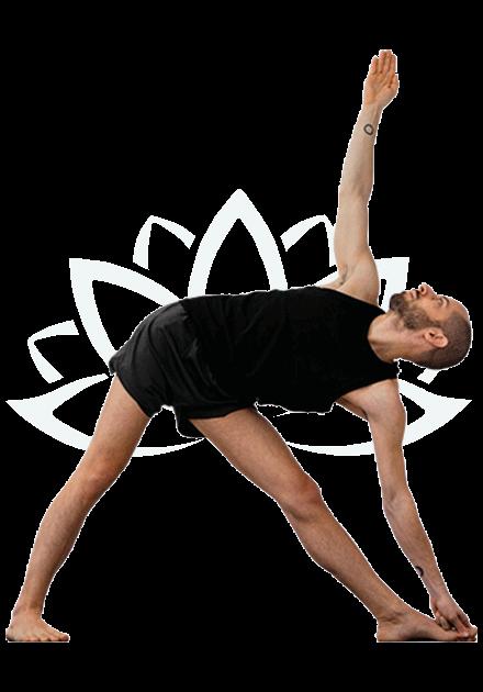 Andrea Ashtanga yoga Mysore mentre esegue triconasana